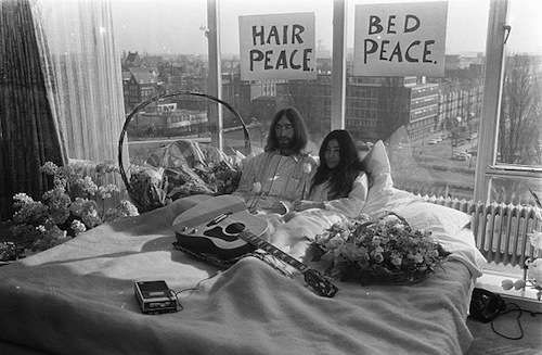 Bed-In for Peace, Amsterdam 1969, John Lennon & Yoko Ono, by Nationaal Archief, Den Haag, Rijksfotoarchief: Fotocollectie Algemeen Nederlands Fotopersbureau
