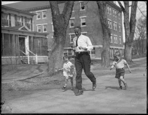 Clarence DeMar runs with his children in Keene. Photo courtesy Boston Public Library, Leslie Jones cCollection.