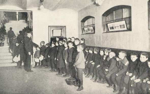 Children wait for the opening of the Dover Street Bathhouse, 1899.