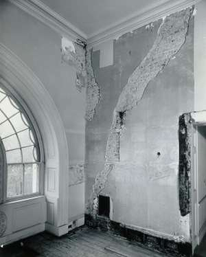 white-house-renovation-crack